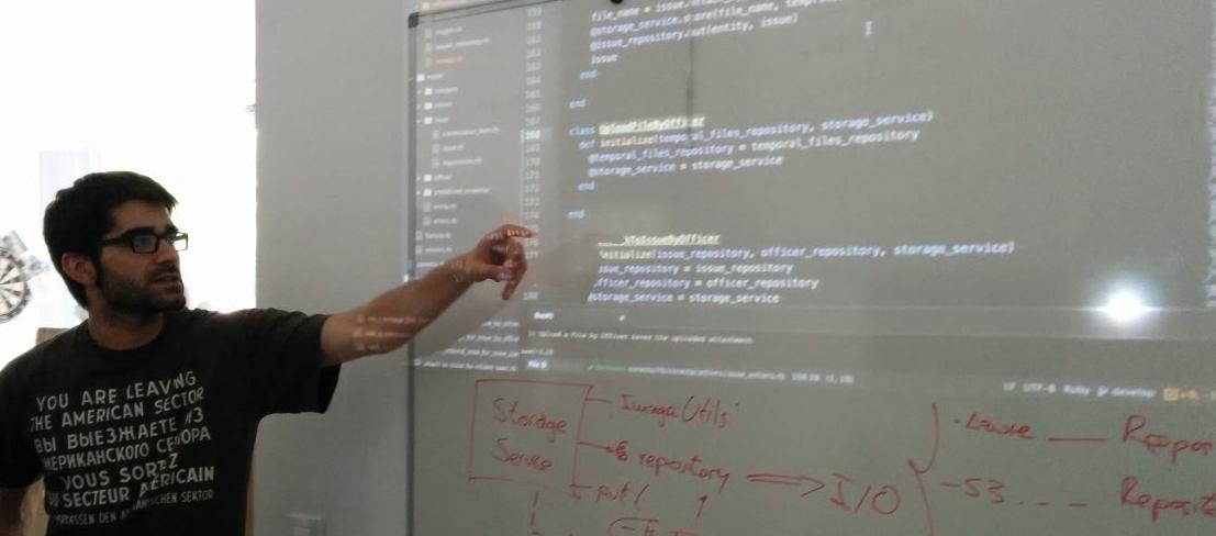Haciendo una sesión de mob programming con código proyectado en la pared